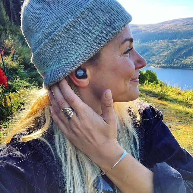 With our new, rigorously tested design, Sudio T2 gives you next-level comfort and fit, for any ear ✨  #sudio #shapingsound #t2-black #nature #beanieseason #music #immersivesound @louisedahls