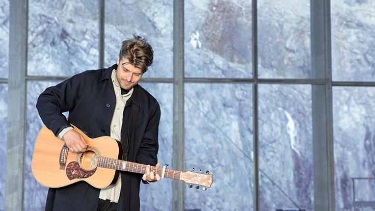 Sandro Cavazza spelar gitarr