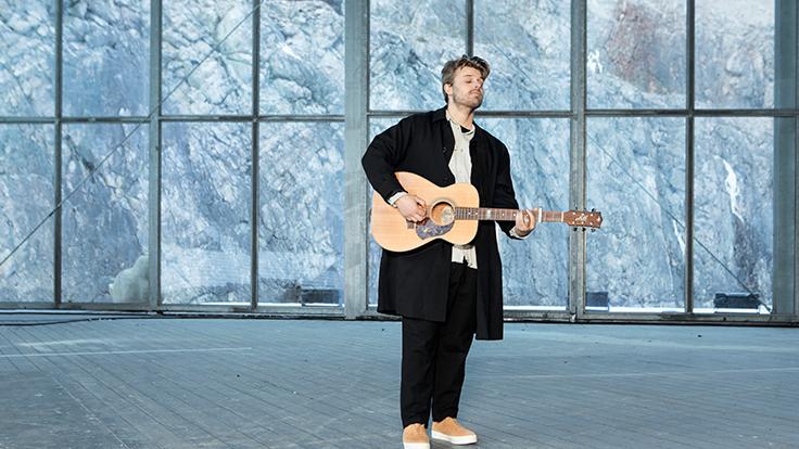 Sandro Cavazza sjunger
