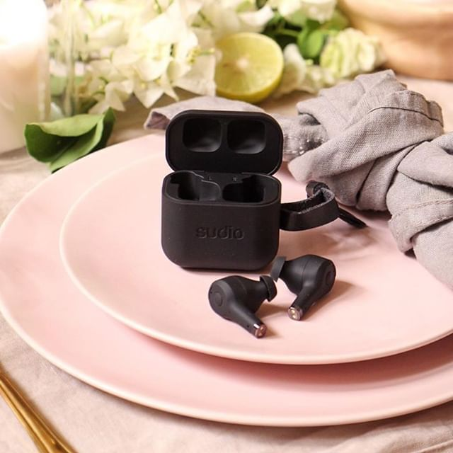 We love setting the table for a great one-on-one meal with Ett Black ???? What's an activity that you need a great pair of earphones for? @tarafaldaham #sudio #sudiomoments