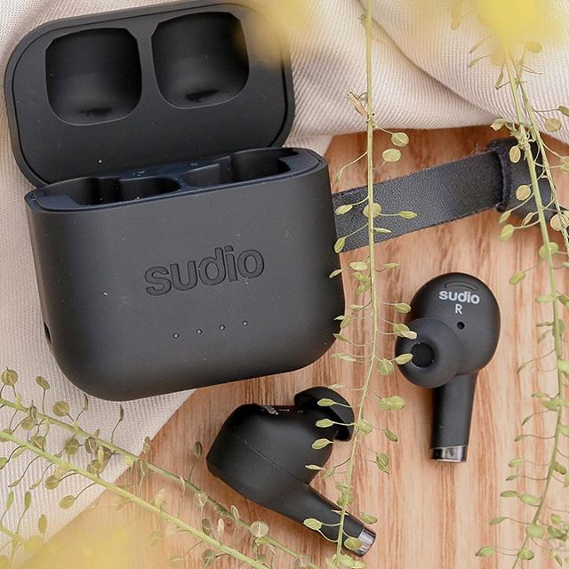 We haven't posted about it too much, but we love how Ett Black matches any background ???? What's your favorite feature of Ett? @hey_itslaurenj #sudio #sudiomoments