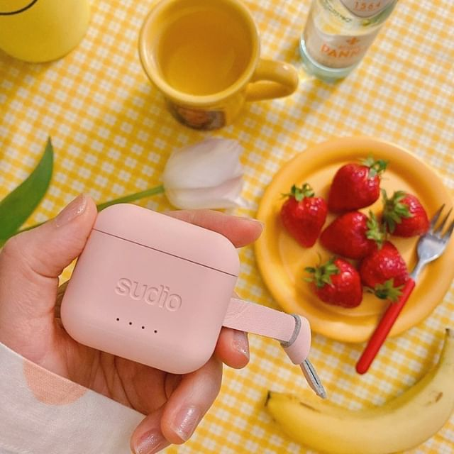 Some fresh strawberries and Ett Pink are really helping us to get in the mood for summer! ☀️ Anyone else enjoying the summer weather today? @neon__moon #sudio #sudiomoments