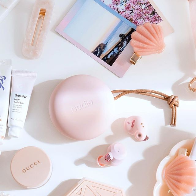 Fem Pink is really the accessory for daydreaming about a relaxing day at the beach ???? We hope everyone is enjoying their day, even if it's Monday! @mvyn_beauty #sudio #sudiomoments
