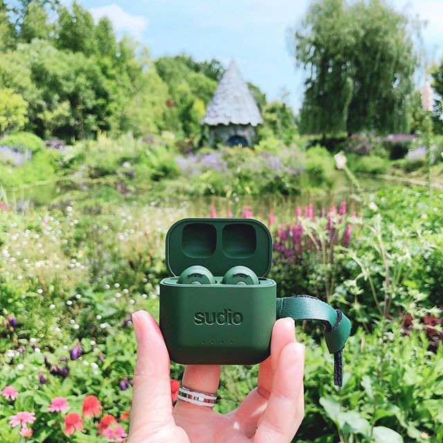 On Tuesdays, we like to take a walk in nature with Ett Green and enjoy some sunshine☀️ What is your favorite color of Ett? @mechi555666 #sudio #sudiomoments