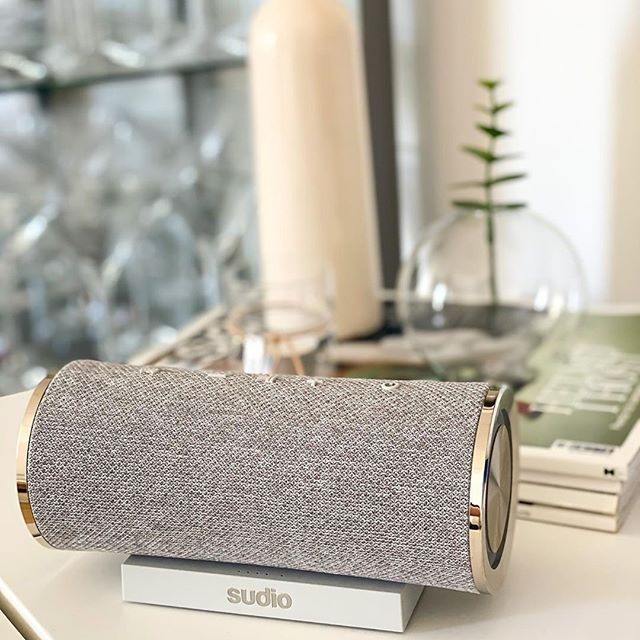 We love spending a relaxing Sunday with a soothing playlist and Femtio Silver ❤️ what's your favorite way to practice self care over the weekend? @skippasockret #sudio #sudiomoments #selfcare