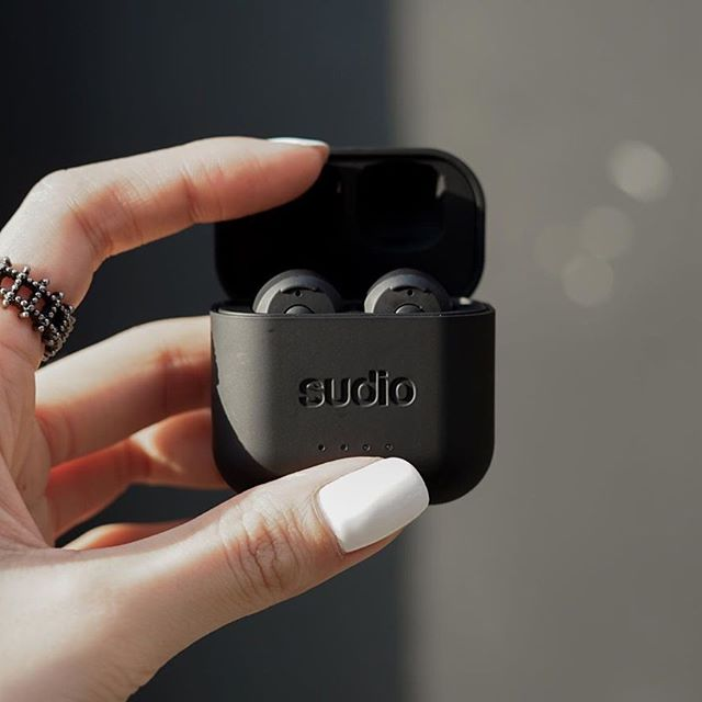 Starting our week listening to our #MondayMotivation playlist with Ett black! What was the first song you listened to today? @fhbsk.y #sudio #sudiomoments #shapingsound