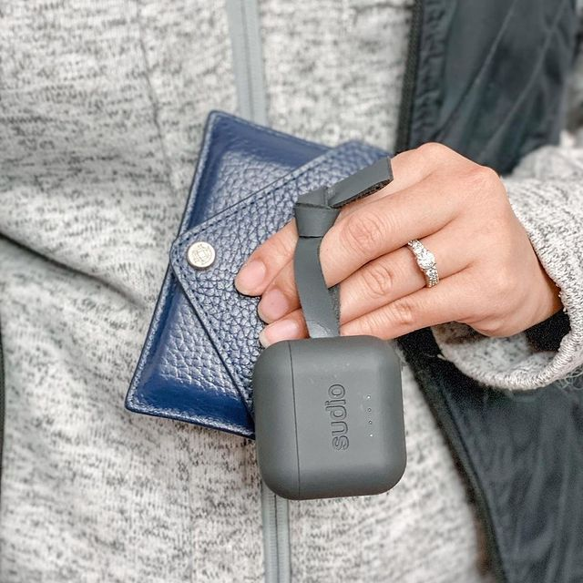 No matter what we're doing, we're always sure to bring Ett Anthracite with us! Who else brings their earphones with them everywhere? @essentiallyjenni #sudio #sudiomoments #shapingsound #ett